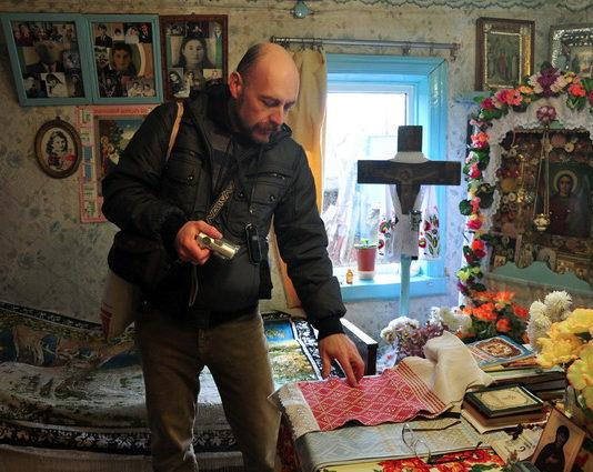 Беларускі этнограф у традыцыйнай хаце