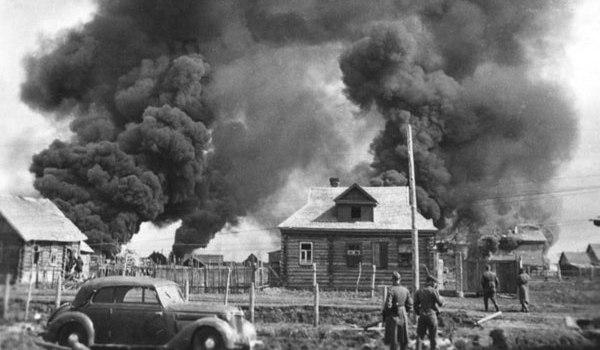Фотография горящих домов подожжённых немцами