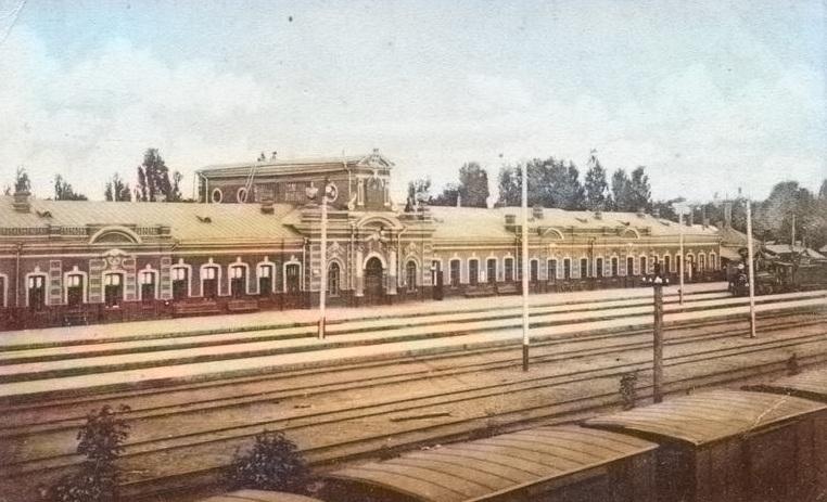 Старый вокзал в Гомеле в цвете