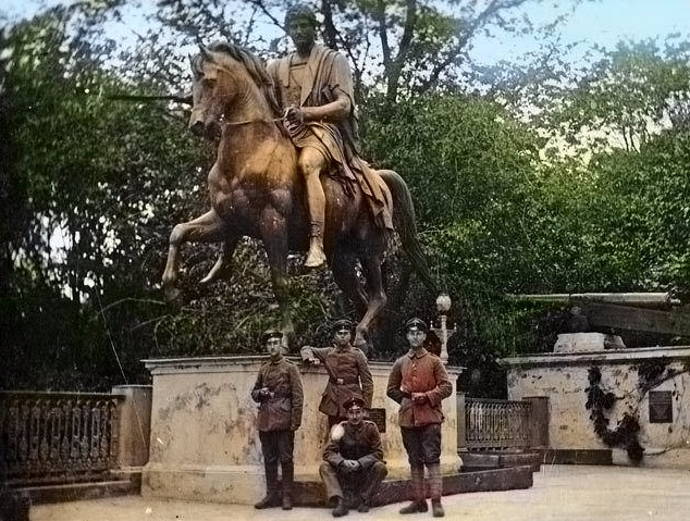 Старое фото с солдатами около памятника Понятовскому в Гомеле