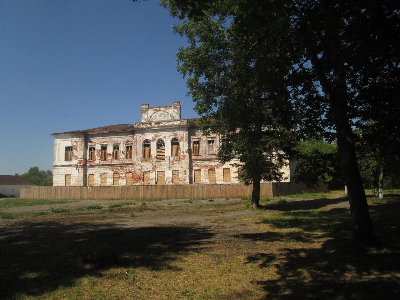 Старое здание имения Горватов в Наровле