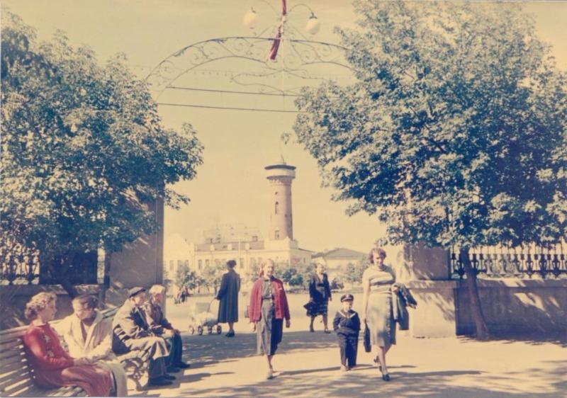 Цветная фотография с входом в гомельский парк в 1960-е гг.
