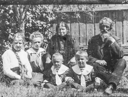 Семья Малеевых, нач. 20 века. Иван сидит в матросском костюмчике рядом с отцом