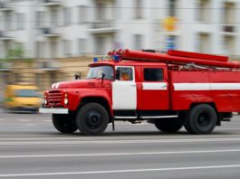 Красная машина пожарной службы несётся на вызов