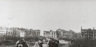 Фотография 1943 г. иллюстрирует освобождённый Гомель в 1943 г. и его жителей