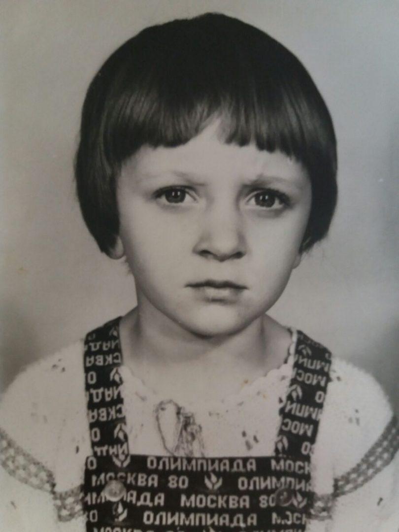 Фатаздымак незалежнай журналісткі з Гомеля Ларысы Шчыраковай у яе школьныя часы