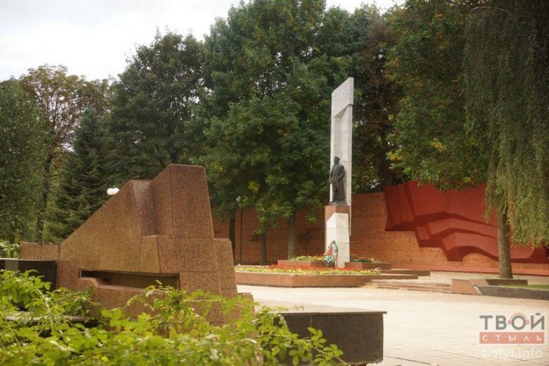 Стоит памятник Держинскому в Гомеле около здания КГБ