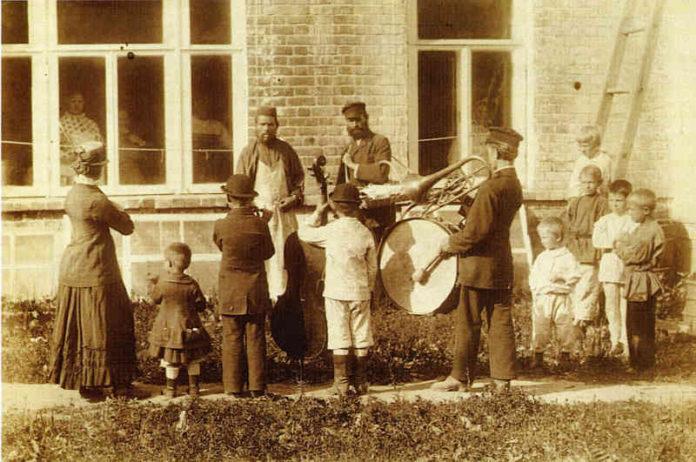 Старая фотография уличного оркестра в Российской империи