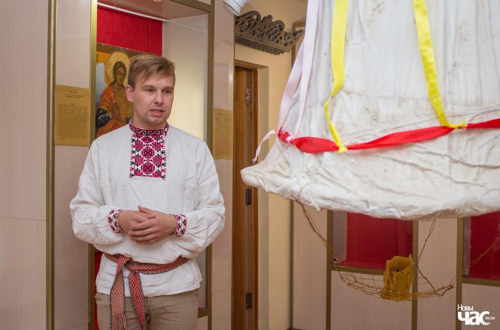 Пятро Цалка побач з комінам у філіяле Веткаўскага музея