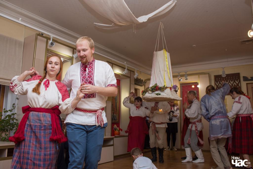 Яўген Меркіс і Лідзія Лешчанка танчаць беларускі танец у традыцыйных строях.