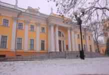 Фронтон гомельского дворца в зимний период