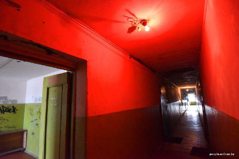 Коридор в доме с красным светом