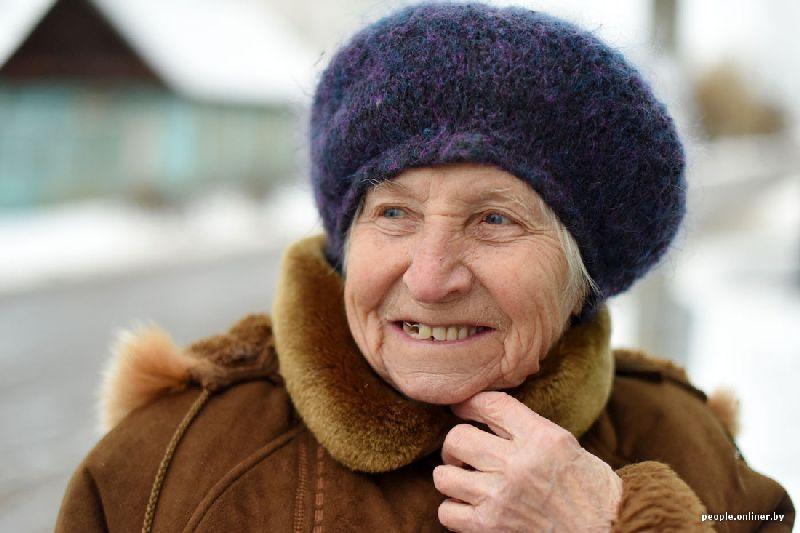 Бабушка улыбается