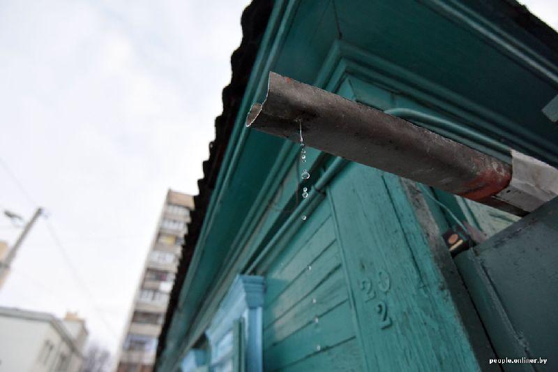 Капли падают с трубы дома