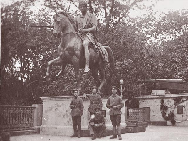 Немецкие солдаты у памятника Понятовскому в гомельском парке
