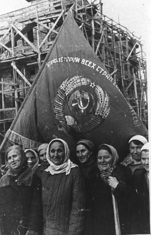 Бригада З. Г. Азаровой, награжденная переходящим Красным знаменем Гомельского горсовета за участие в восстановлении железнодорожного вокзала. 1944 год