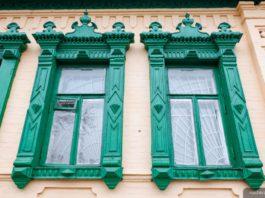 Масіўныя вокны на старым доме ў Гомелі і сядзіба
