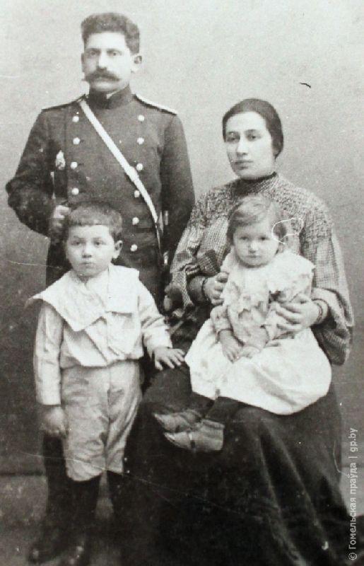 Гавриил Сает с супругой Марией Семеновной и детьми