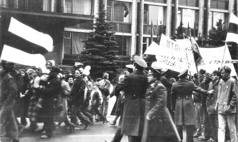 Разгон демонстрантов в Гомеле и бело-красно-белый флаг в 1989 г.