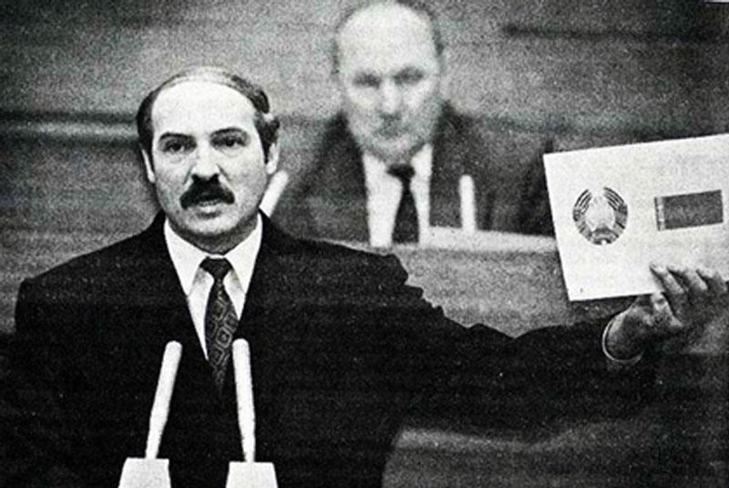 Лукашенко и флаг Беларуси