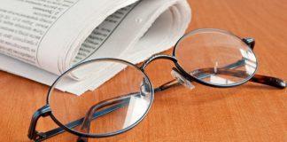 Інтэлігенцыя и очки на столе и газета