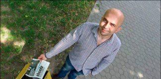 """Сяргей Ляпін і газета """"Гомельская праўда"""", якую ён выкідае ў сметніцу"""