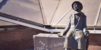 Лазик Ройтшванец и скульптура ему на гомельском вокзале