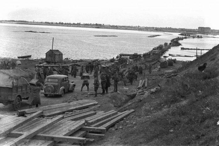 Немецкая понтонная и паромная переправы в районе Лоева в сентябре 1943 года