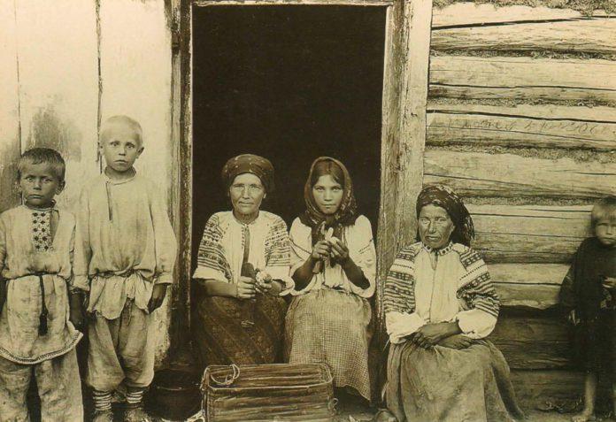 Людзі з вёскі Васілевічы Рэчыцкага раёна скрабуць бульбу