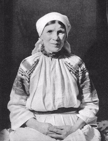 Женщина в старинной рубахе в Беларуси