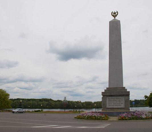 Город Лоев и памятник