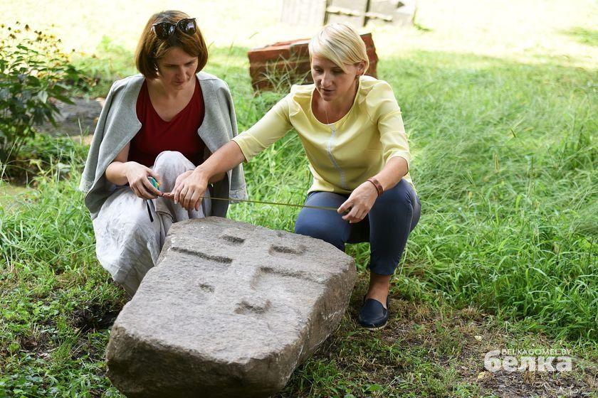 Таинственный камень с гомельского кладбища и сотрудники музея истории города Гомеля