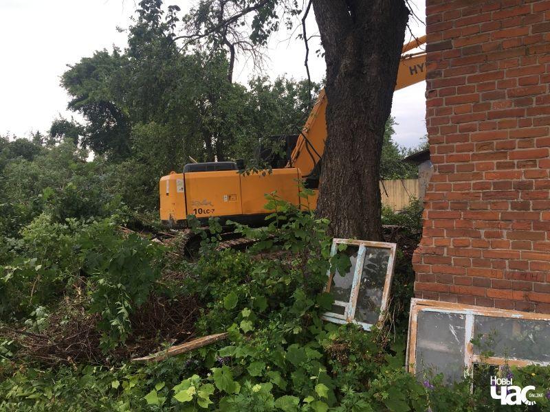 Экскаватар руйнуе стары дом на вуліцы Пляханава