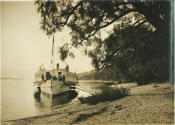 Пассажирский пароход.Берега Днепра вблизи Межигорья,1916 г.