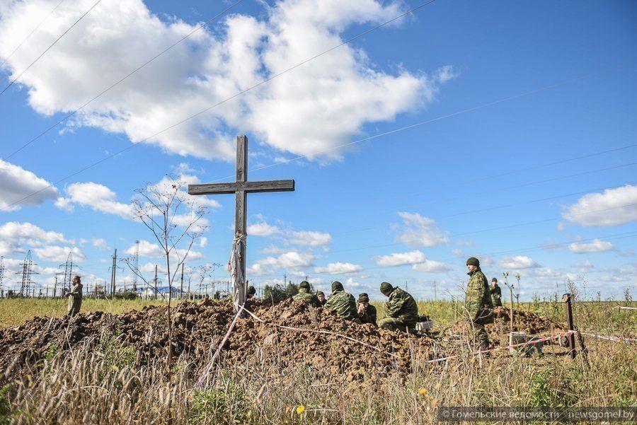 Памятный крест на месте захоронения под Гомелем