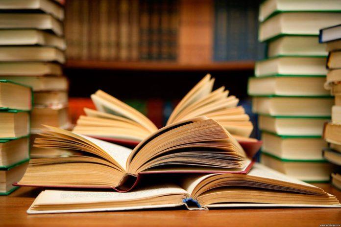 Кнігі ў дар гомельскія пісьменнікі перадалі бібліятэцы Клімаўкі