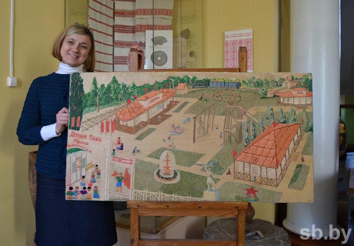 Панно показывает детскую железную дорогу в Гомеле