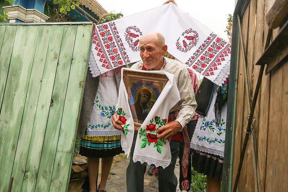 Несці абраз даручаюць паважанаму ў вёсцы мужчыну. Фота: ok.ru/pogostkray
