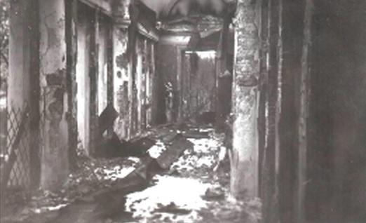 Рис. 1 — Выгоревшая южная галерея дворца. Гомель, ноябрь 1941 г. В углу стоит скульптура «Три грации». Фотография из личной коллекции Е. Р. Маликова